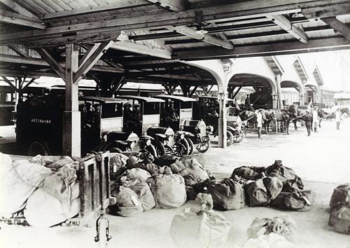 図2 大正初年の郵便自動車と郵便馬車(新橋駅構内)